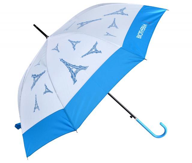 Schirm mit blauem Griff